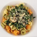 Hefeflocken statt Parmesan über bunten Nudeln mit Spinat