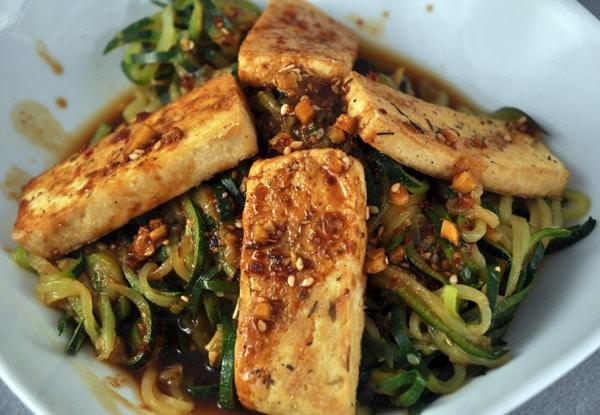 Gebackener Tofu auf Zucchininudeln