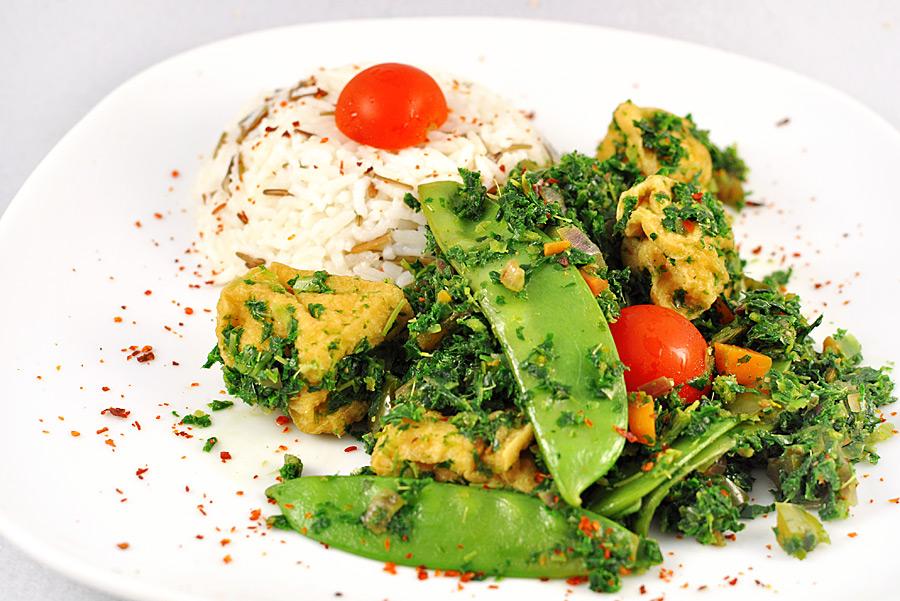 Grünes Feuer mit Tofu an Reis