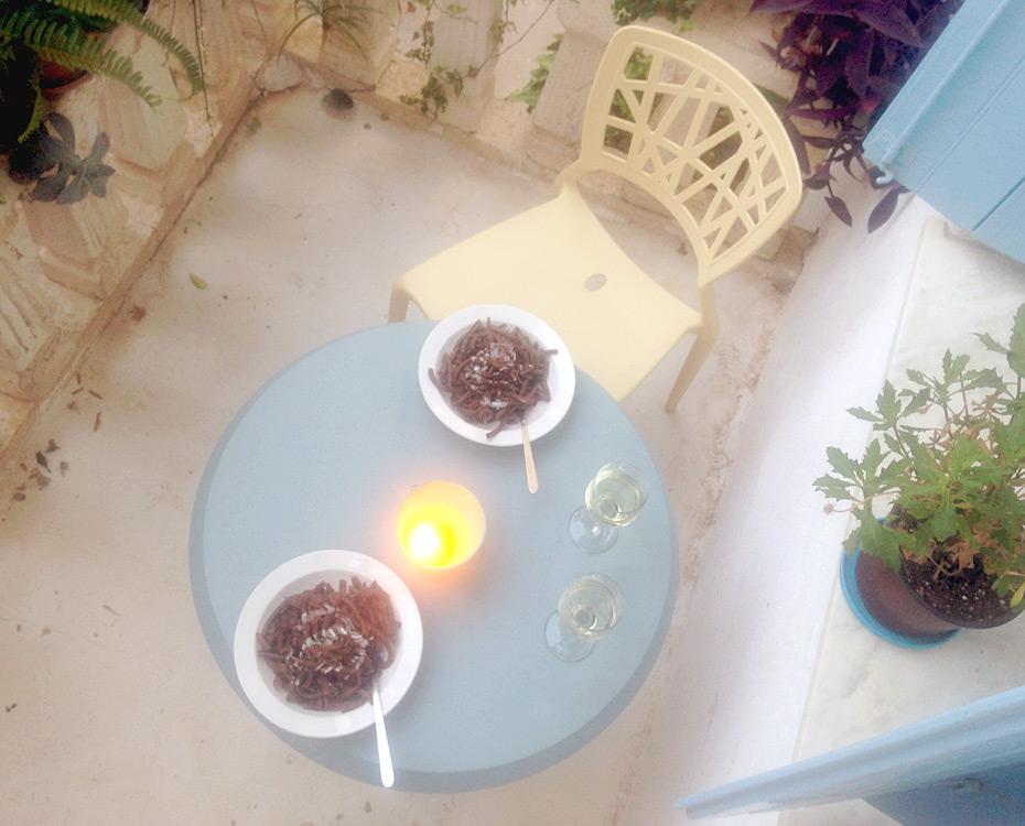 Carob-Pasta auf unserem Schattenbalkon