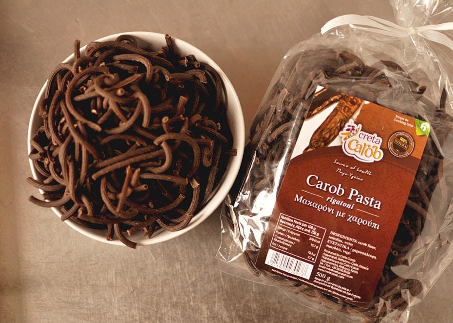 Carob Pasta mit Cashewparmesan und grünem Spargel