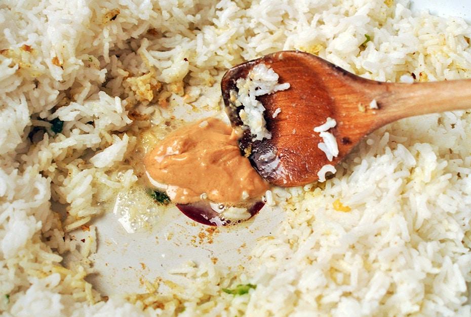 Sriracha Erdnuss Reis mit Spinat | Schwatz Katz