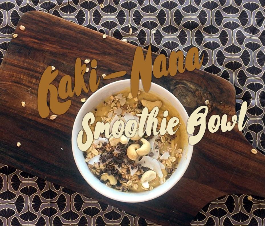 Kaki-Nana Smoothie Bowl mit Kakao-Nibs | Schwatz Katz
