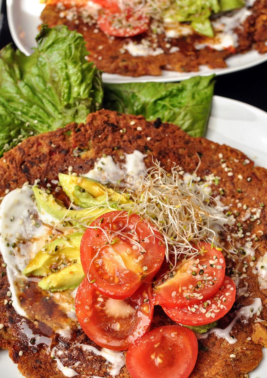 Pfannkuchen ohne Ei mit leichtem Topping & Sesamdressing | Schwatz Katz